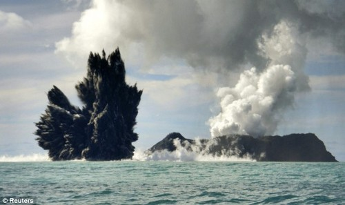 Извержение вулкана в Тихом океане