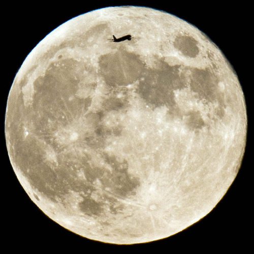 moon-plane_1667902i.jpg