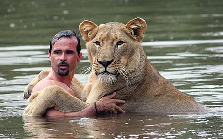 Зоолог и львица